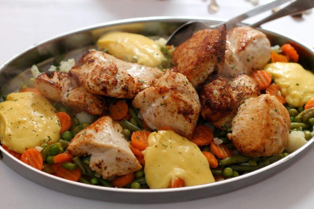 delizioso piatto cotto con friggitrice ad aria